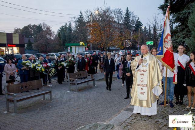 Kwiaty pod pomnikiem na zakończenie Bełchatowskich Dni Papieskich [FOTO] - Zdjęcie główne