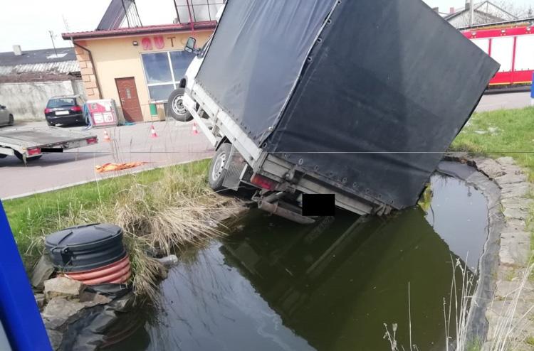 Kierowca zapomniał zaciągnąć ręcznego. Auto... wodowało - Zdjęcie główne