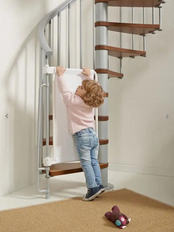 Bezpieczeństwo dziecka w domu - bramka zabezpieczająca na schody - Zdjęcie główne