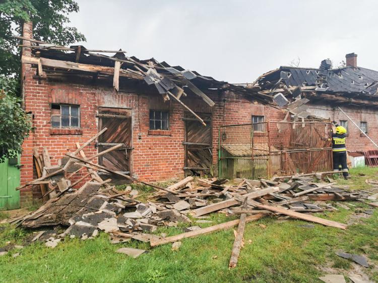 Zerwany dach, drzewo powalone na cmentarz. Oto skutki burzy w powiecie bełchatowskim [FOTO] - Zdjęcie główne
