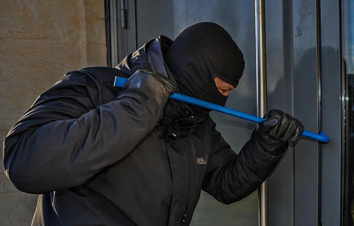 Seria włamań w powiecie bełchatowskim. Policja szuka sprawców - Zdjęcie główne