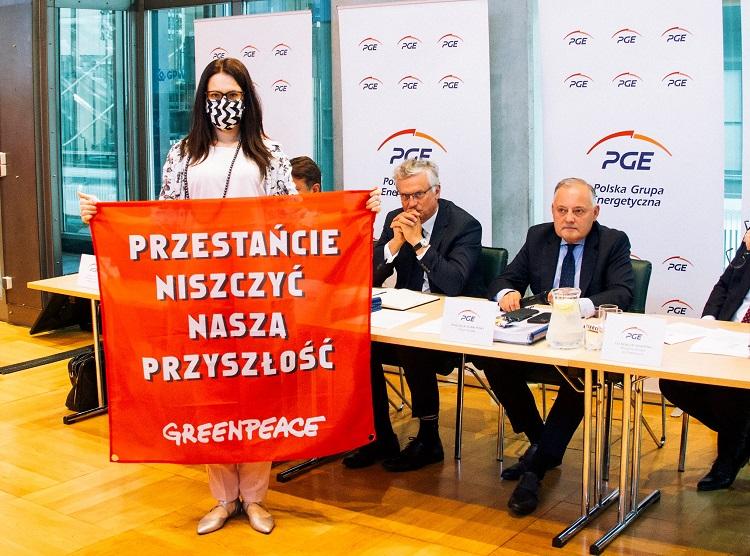 Aktywiści Greenpeace wtargnęli na obrady PGE. Czego żądali od prezesów?  - Zdjęcie główne