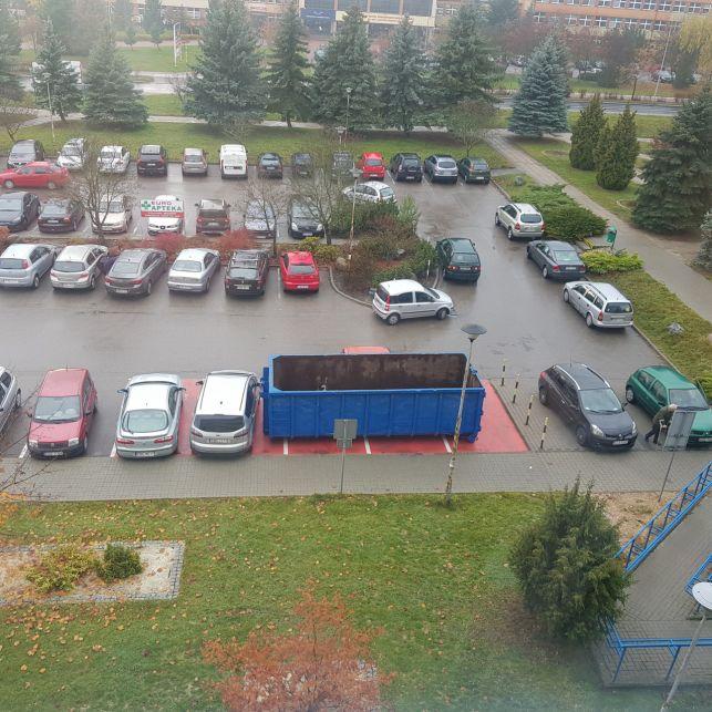 [AKTUALIZACJA] Wielki kontener blokuje rodzinny parking. Mega-Med wyjaśnia - Zdjęcie główne