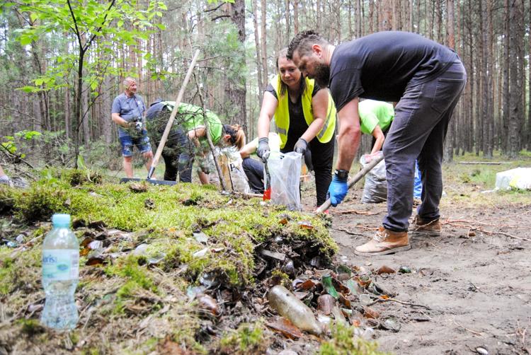 Co skrywał leśny pagórek w Kurnosie? Kolejna akcja miłośników czystych lasów! [FOTO] - Zdjęcie główne