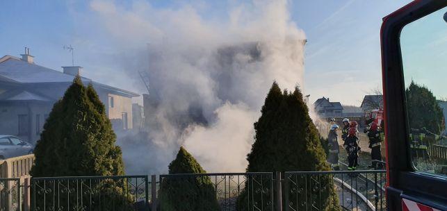 Płonął dom w Zelowie. Strażacy uratowali mienie o wartości prawie 100 tysięcy złotych - Zdjęcie główne