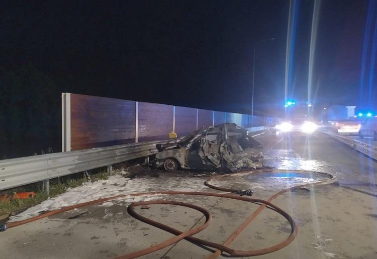 Roztrzaskane auto spłonęło, ranni trafili do szpitala. Kierowca tira nie zauważył osobówki - Zdjęcie główne