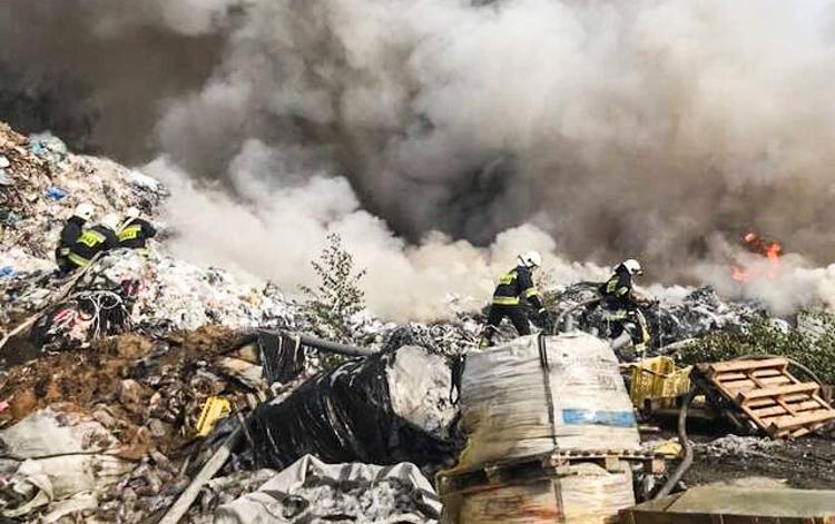 Ogromny pożar na wysypisku śmieci. Strazacy już ponad dobę walczą z żywiołem [FOTO][VIDEO] - Zdjęcie główne