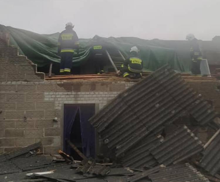 Zerwane dachy, powalone drzewa i podtopienia. Skutki burz w powiecie bełchatowskim [FOTO] - Zdjęcie główne