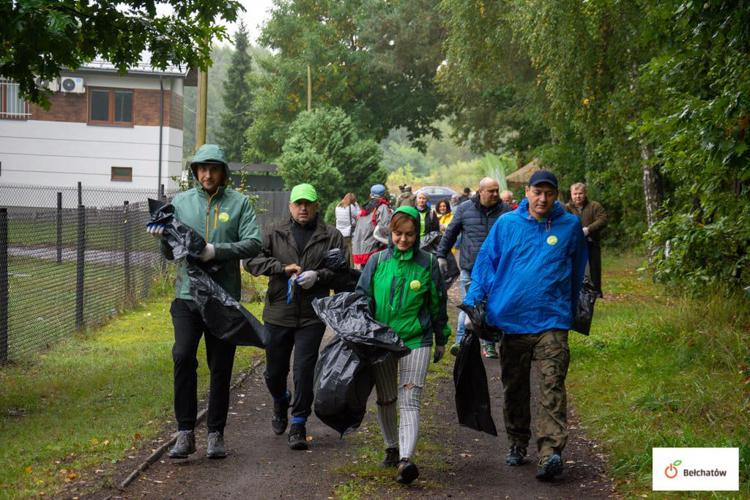Porządkowali ze śmieci las przy Ługach. Sprzątających wspomógł wiceprezydent Bełchatowa [FOTO] - Zdjęcie główne