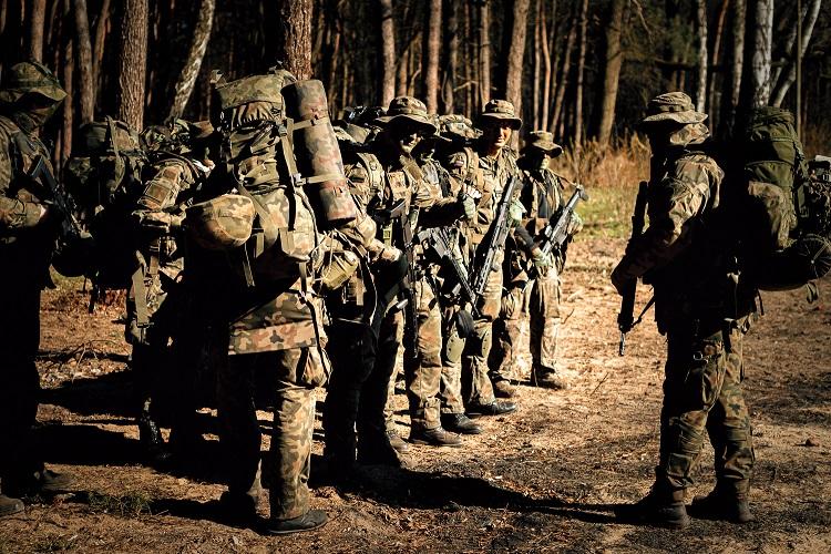 Wojsko w lasach koło Bełchatowa. Co robili tam żołnierze w pełnym uzbrojeniu?  - Zdjęcie główne