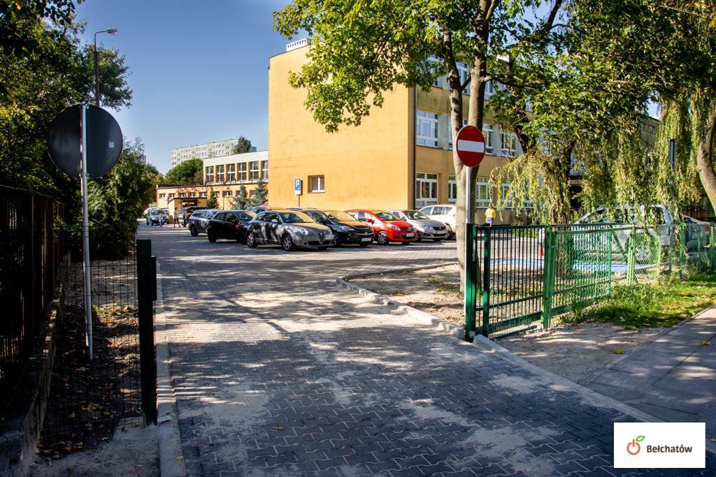 Powstał parking przy bełchatowskiej szkole. Ma rozwiązać wieloletni problem - Zdjęcie główne