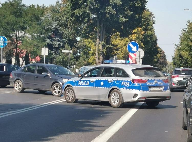 Na Wojska Polskiego zderzyły się dwie osobówki. Policja, straż i karetka na miejscu - Zdjęcie główne