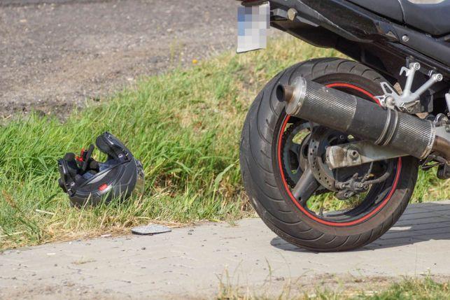 Wypadek między Bełchatowem, a Piotrkowem Trybunalskim. Motocyklista wjechał w osobówkę [FOTO] - Zdjęcie główne