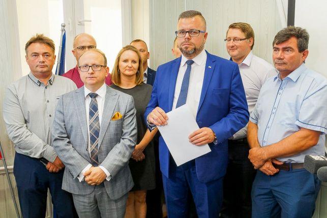 Radni składają zawiadomienie do Prokuratury Krajowej. Czy wójt gminy Bełchatów i urzędnicy dopuścili się przestępstwa? [VIDEO]  - Zdjęcie główne