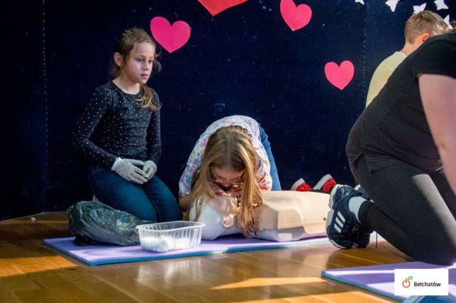 """Uczniowie bełchatowskiej """"dwunastki"""" podjęli próbę bicia rekordu Guinessa [FOTO] - Zdjęcie główne"""