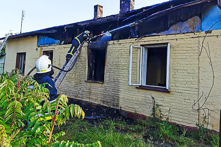 Płonął dom, w środku znaleziono zwęglone zwłoki. Tragiczny finał pożaru pod Zelowem [FOTO] - Zdjęcie główne