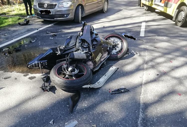 Rozpędzony motocykl uderzył w osobówkę. Na miejscu śmigłowiec LPR - Zdjęcie główne