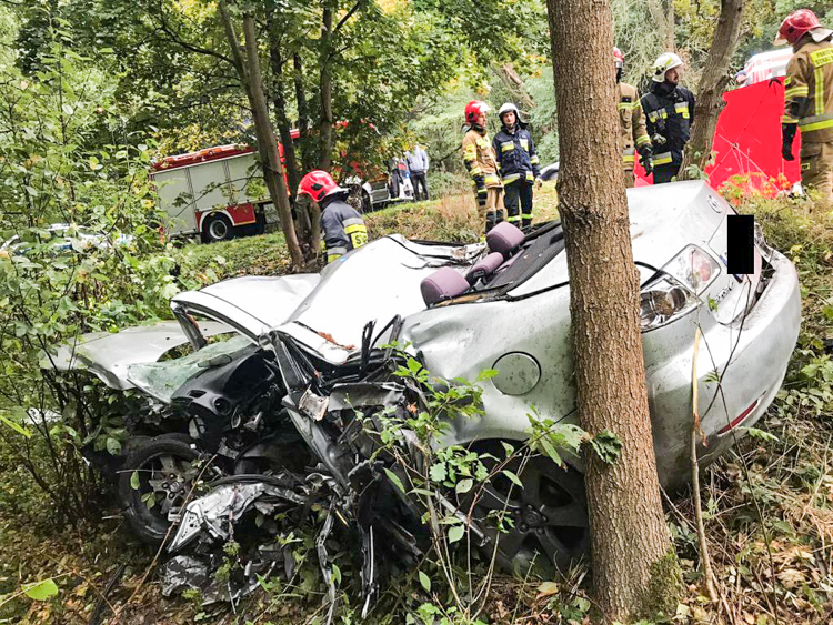 Śmiertelny wypadek w powiecie bełchatowskim. Ciało przez kilka godzin leżało w aucie [FOTO] - Zdjęcie główne