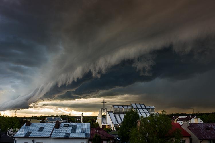 Nadciąga potężna burza nad Bełchatów. Możliwy gigantyczny grad i trąba powietrzna - Zdjęcie główne