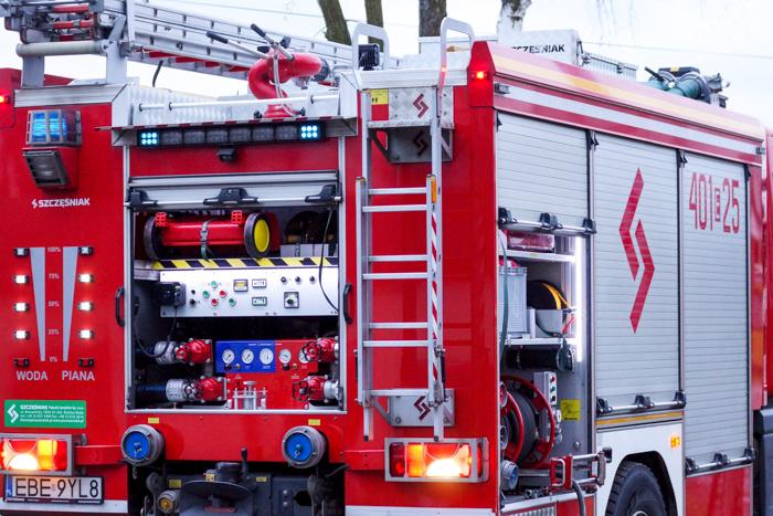 Strażacy i policja wzywani od rana do podstawówek w powiecie bełchatowskim. Kolejny raz taka sama sytuacja...  - Zdjęcie główne