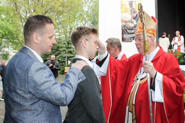 Bierzmowanie w bełchatowskiej parafii. Młodzież podarowała arcybiskupowi niecodzienny prezent [FOTO] - Zdjęcie główne