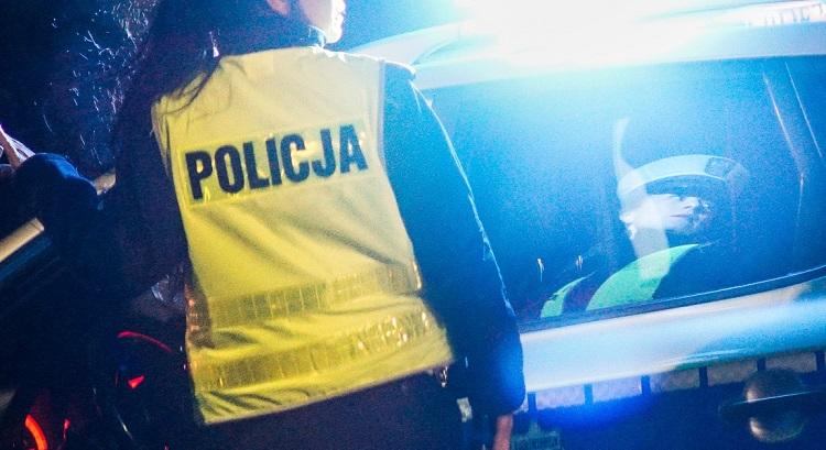 Kobieta sprzątała trawnik przy bełchatowskiej ulicy. Wjechał w nią samochód, kierowca uciekł... - Zdjęcie główne