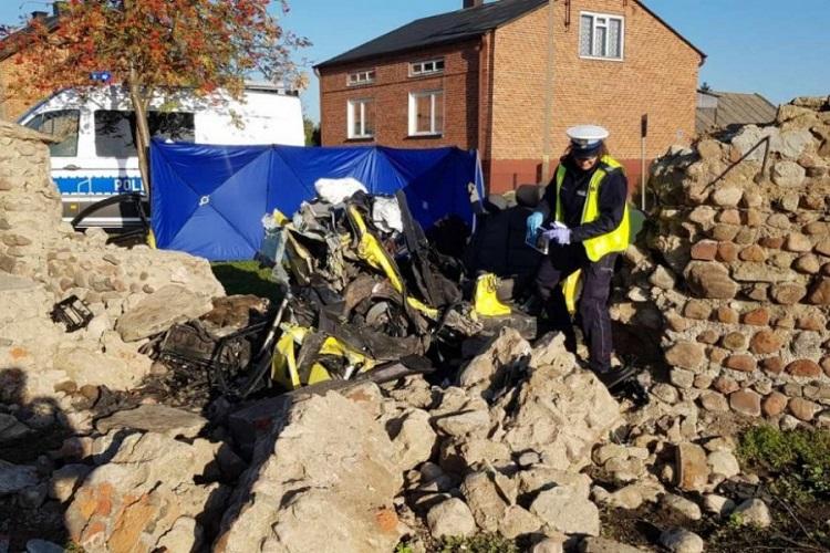 Bełchatowianin roztrzaskał się na murze parafii. Kierowca audi zginął na miejscu [FOTO] - Zdjęcie główne