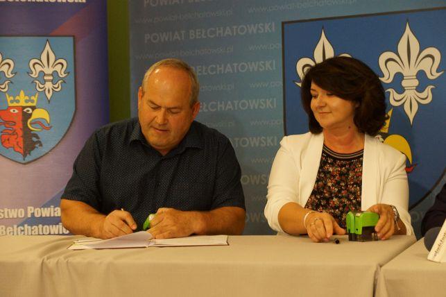 Umowy na dofinansowania dróg w powiecie bełchatowskim podpisane. Samorządowcom gratulował Antoni Macierewicz [FOTO] - Zdjęcie główne