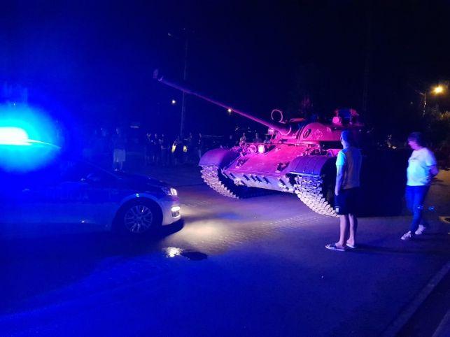 Pijany mężczyzna jechał czołgiem przez miasto... [FOTO] - Zdjęcie główne