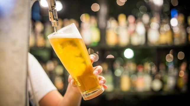 Przy piwie o marihuanie i Nowym Ładzie. Kontrowersyjny poseł z wizytą w Bełchatowie  - Zdjęcie główne