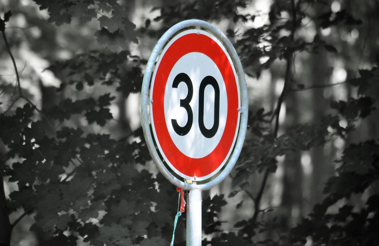 Nowe ograniczenia dla kierowców. Po mieście tylko 30 km/h?  - Zdjęcie główne