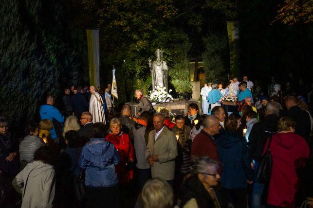 Kilkaset osób z lampionami na ulicach Bełchatowa. Różaniec Fatimski rozpoczął XV Dni Papieskie [FOTO] - Zdjęcie główne