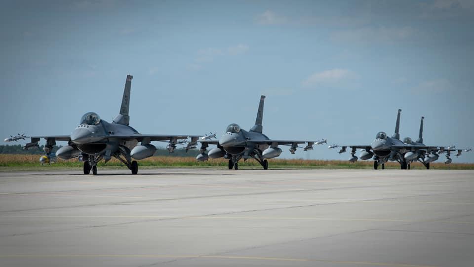 Zrobi się głośno nad Bełchatowem? Amerykańskie F-16 przyleciały na ćwiczenia [FOTO] - Zdjęcie główne