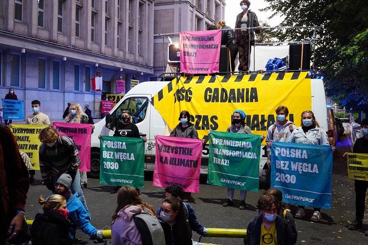 Żądają zamknięcia kopalni do 2030 roku. Aktywiści blokują ministerstwo [FOTO] - Zdjęcie główne