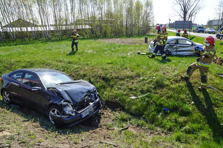 Wypadek pod Szczercowem, dwie osoby ranne. Impet wyrzucił samochody z drogi - Zdjęcie główne