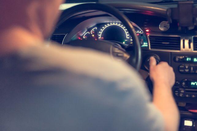 Propozycja nowych przepisów dla młodych kierowców. Będą musieli jeździć wolniej i łatwiej stracą prawo jazdy? - Zdjęcie główne