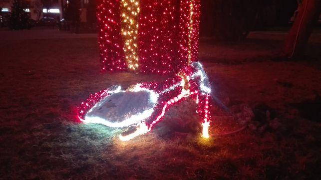 Święty Mikołaj nie przetrwał nawet jednej doby w Zelowie. Urzędnicy szukają wandali - Zdjęcie główne