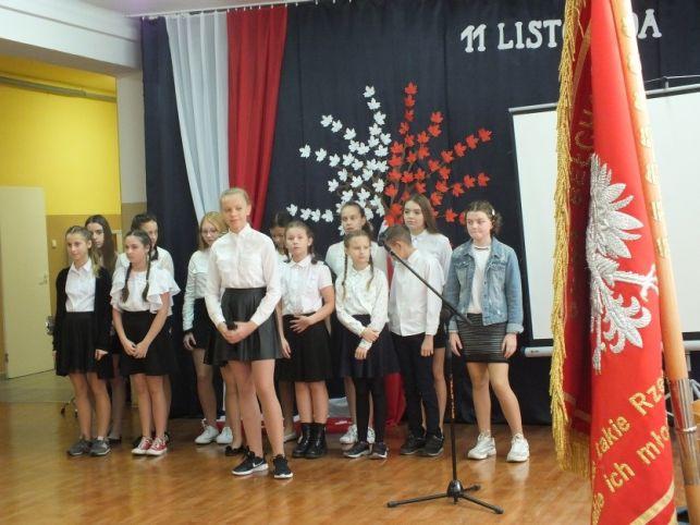 Uczniowie z  łękawskiej podstawówki uczcili Święto Niepodległości [FOTO] - Zdjęcie główne