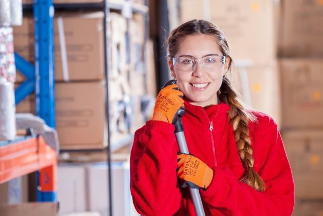 Jak przyspieszyć proces pakowania przesyłek w firmach handlowych? - Zdjęcie główne