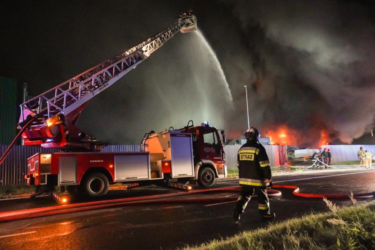 Strażacy ugasili płonącą halę w Bogumiłowie. Co było przyczyną pożaru? [NOWE ZDJĘCIA][VIDEO] - Zdjęcie główne