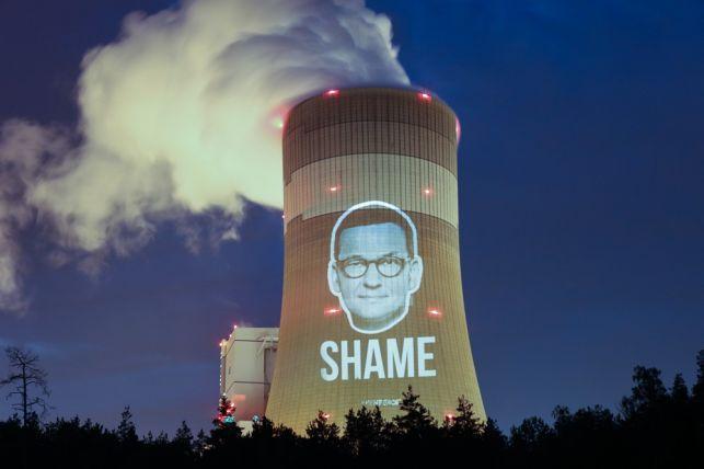 Greenpeace znów uderza w Bełchatowie. Premier Morawiecki na kominie elektrowni [FOTO] - Zdjęcie główne