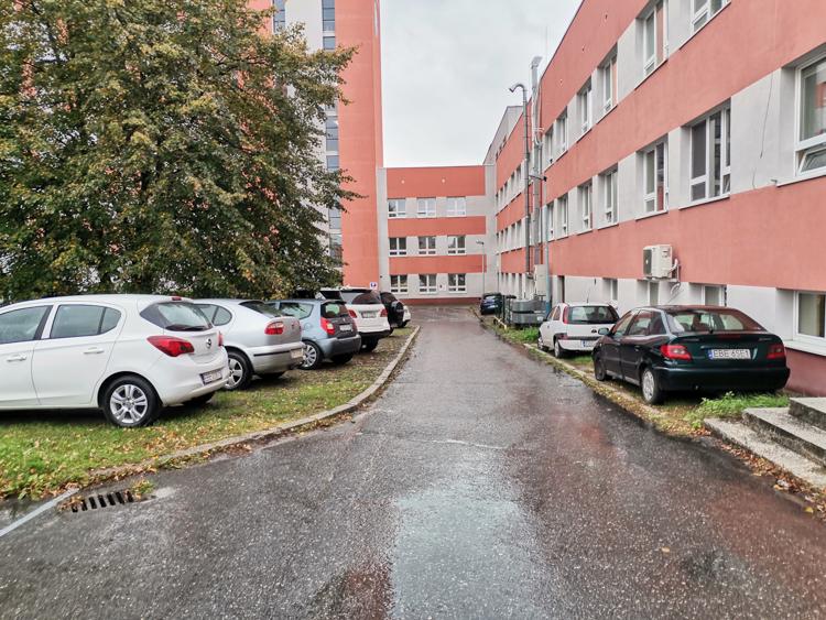 Opłaty za parking w szpitalu budzą kontrowersje. ''Tańsze miejsca na chodniku i trawnikach'' - Zdjęcie główne