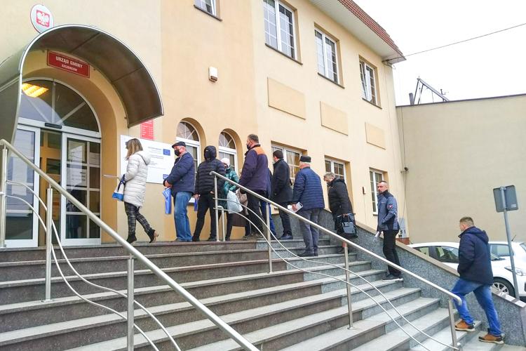 Od samego rana długa kolejka ustawiła się przed urzędem. Za czym stoją mieszkańcy? - Zdjęcie główne