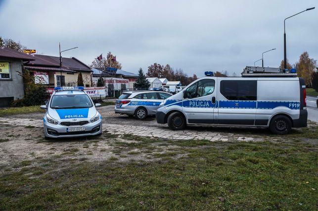 20 -latek uderzył z impetem w budynek, zostawił ranną pasażerkę i uciekł [FOTO] - Zdjęcie główne