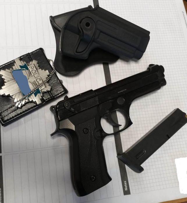 Nielegalna broń i fałszywa odznaka. Złapany przez policjantów tłumaczył, że zawsze chciał być jednym z nich - Zdjęcie główne