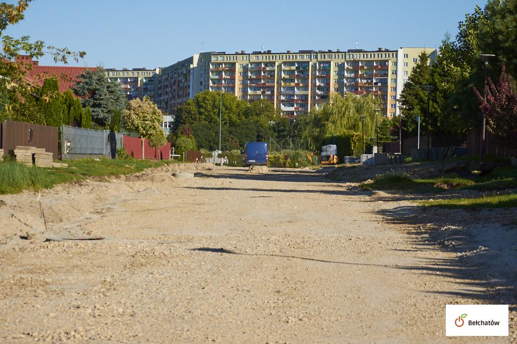 Trwa przebudowa ulicy na bełchatowskim osiedlu. Zyska nową nawierzchnię i oświetlenie  - Zdjęcie główne