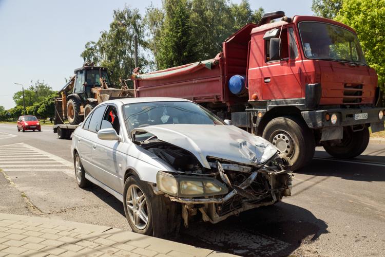 Dwa auta zderzyły się koło cmentarza. Utrudnienia na alei Włókniarzy [FOTO] - Zdjęcie główne