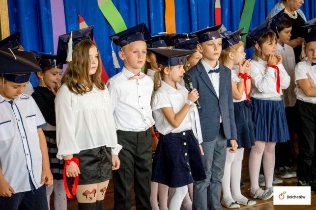 """""""Pierwszaki"""" z bełchatowskiej """"trzynastki"""" pasowani na uczniów [FOTO] - Zdjęcie główne"""