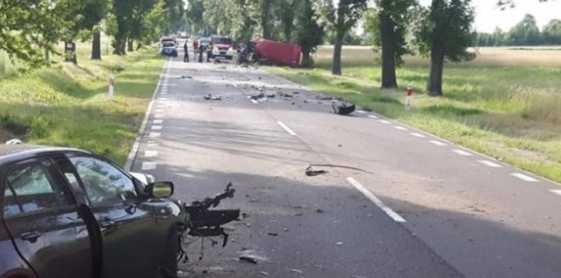 Czołowe zderzenie na prostej drodze. Nie żyją odbywaj kierowcy! - Zdjęcie główne