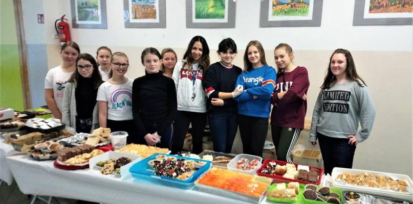 Uczniowie piekli ciasta, by pomóc chorej Alicji - Zdjęcie główne